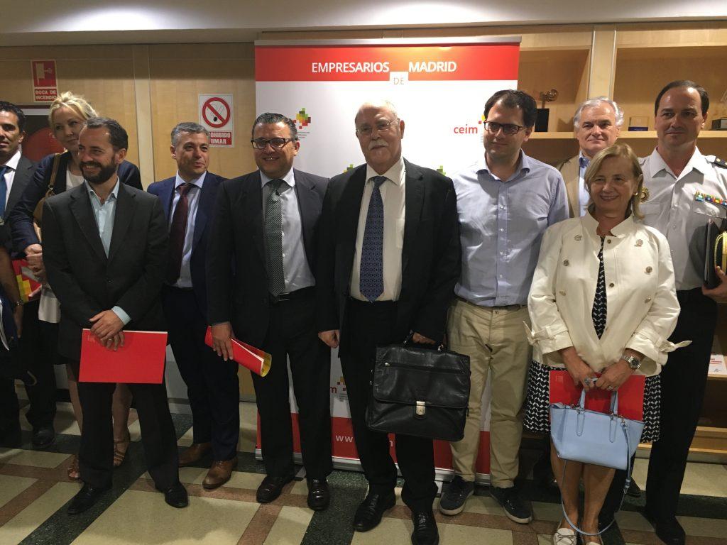 En el centro de la foto, el tercer ejecutivo de la izquierda a la derecha, D. Ramón Rodríguez, Director de Garda Seguridad y miembro del Grupo de Trabajo de Seguridad de la IAEA. Archivo IAEA.